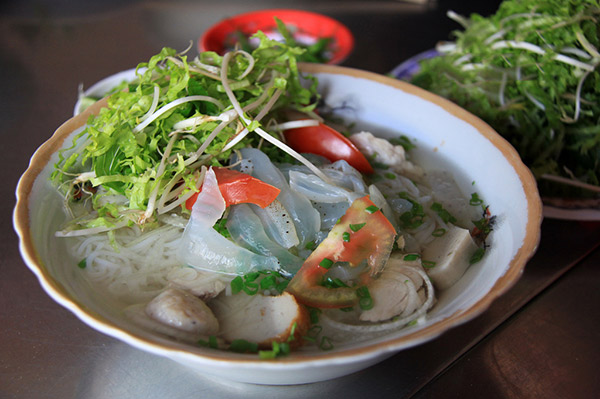 Hình ảnh cho thuê xe du lịch thưởng thức món ngon Nha Trang
