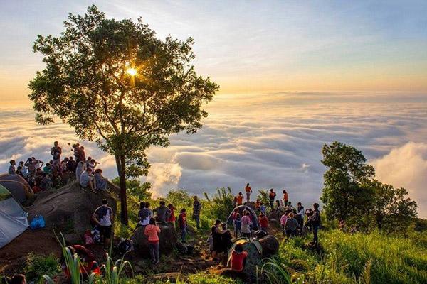 Hình ảnh cho thuê xu du lịch cuối tuần leo núi Bà Đen