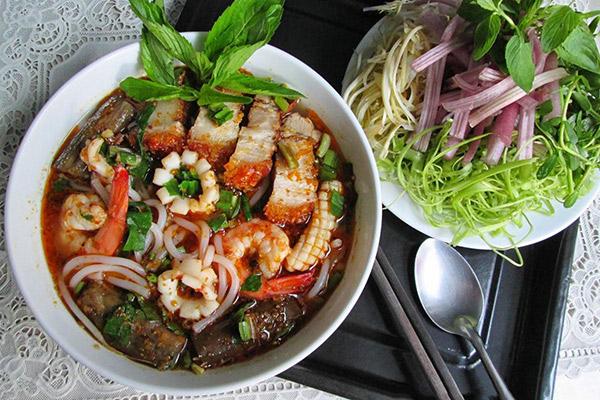 Hình ảnh cho thuê xe du lịch Sài Gòn thưởng thức bún mắm