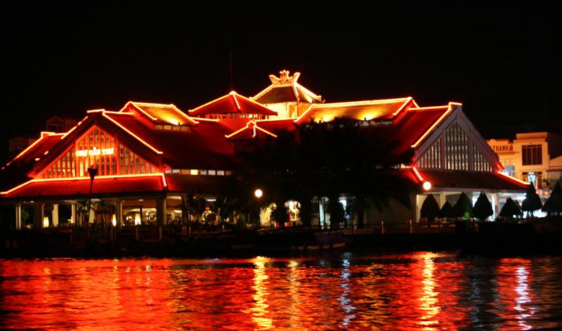 Ngắm bến Ninh Kiều về đêm