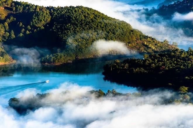 Hồ Tuyền Lâm mờ ảo trong sương sớm