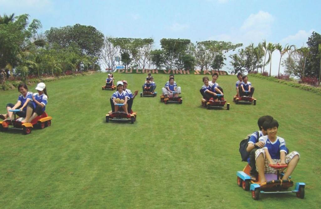 Trải nghiệm trượt cỏ tại khu du lịch sinh thái Vinh Sang