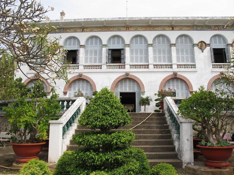 Vẻ đẹp cổ kính mang đậm kiến trúc phương tây của Bạch Dinh