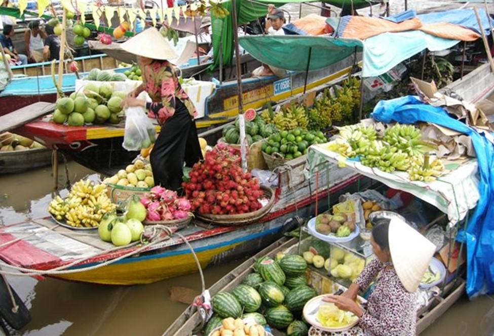 Những con thuyền, bè bày bán đủ loại trái cây tươi xanh