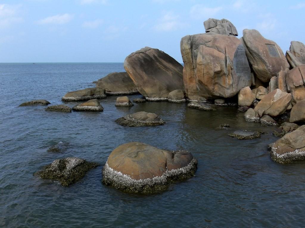 Những tảng đá to dài chen chúc trông rất đẹp mắt